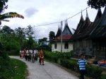 Arak-arakan hampir sampai di rumah Anak Daro (Kampuang Bungo)